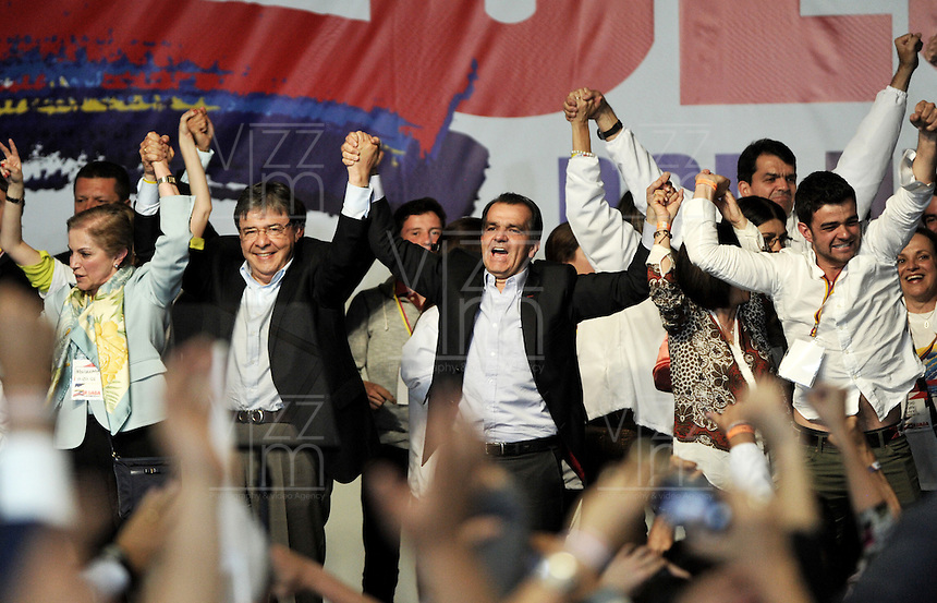 BOGOTA – COLOMBIA - 25-05-2014: Oscar Iván Zuluaga candidato a la presidencia por el grupo político Centro Democrático celebra después de conocer el resultado de las Elecciones Presidente de Colombia  en la ciudad de Bogotá. Oscar Ivan Zuluga y el Presidente Candidat Juan Manuel Santos disputaran una segunda vuelta el 15 de junio luego de que ninguno reclamó una mayoría en las elecciones presidenciales del domingo.  / Oscar Ivan Zuluaga presidential candidate by the political group Democratic Centre celebrates after knowing the results of elections in the President of Colombia in Bogotá. Oscar Ivan Zuluaga and Candidat President Juan Manuel Santos disputed a second round on June 15 after neither claimed a majority in presidential elections on Sunday. Photo: VizzorImage / Luis Ramirez / Staff