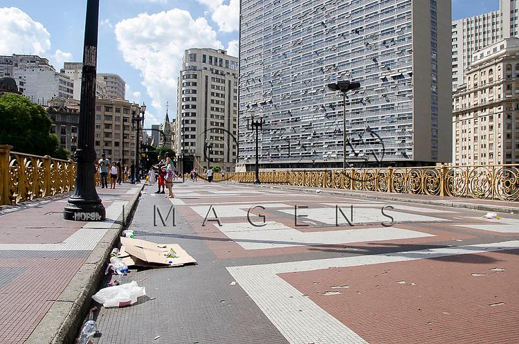Lixo no Viaduto Santa Ifigênia no centro histórico da capital paulista, São Paulo-SP, 01/2014.