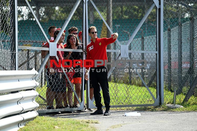 05.09.2019, Autodromo Nazionale di Monza, Monza, FORMULA 1 GRAN PREMIO HEINEKEN D'ITALIA 2019<br />,im Bild<br />Sebastian Vettel (GER#5), Scuderia Ferrari Mission Winnow geht mit seinen Ingenieuren über die Strecke, macht ein Selfie mit den wartenden Fans.<br /> <br /> Foto © nordphoto / Bratic