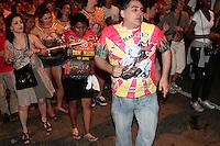 SAO PAULO, SP, 31 JANEIRO 2013 - ENSAIO DE RUA TOM MAIOR - Faltando poucos dias para o carnaval, o Grêmio Recreativo da Escola de Samba Tom Maior, faz  o último  ensaio de rua, na noite dessa quinta-feira(31) nos arredores da quadra, região do Bom Retiro, zona central da capital -FOTO: LOLA OLIVEIRA - BRAZIL PHOTO PRESS