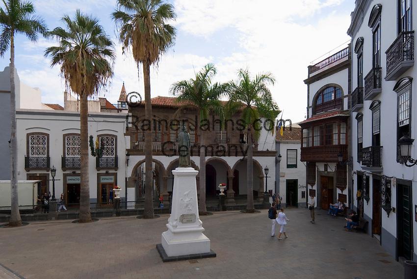 Spain, Canary Islands, La Palma, Santa Cruz de La Palma: capital - old town, Plaza de Espana with statue Manuel Hernandez Diaz