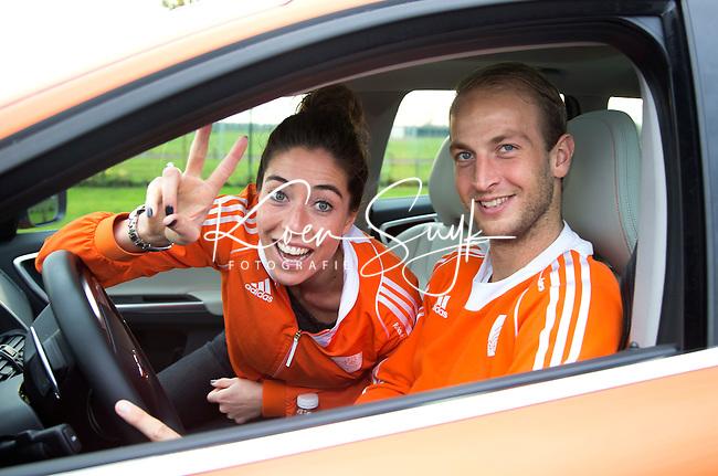HOUTEN .  Hockey Internationals Naomi van As en Billy Bakker met de Oranjevolvo on tour langs verschillende hockeyclubs, om met de kinderen op de foto te gaan en handtekening uit te delen.  Foto KOEN SUYK