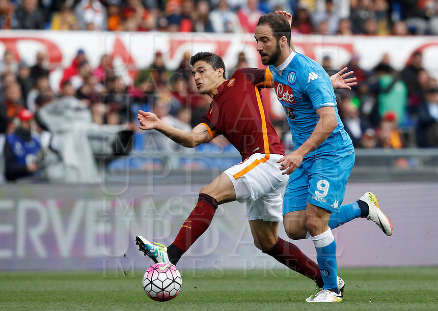 Calcio, Serie A: Roma vs Napoli. Roma, stadio Olimpico, 25 aprile 2016.<br /> Napoli's Gonzalo Higuain, right, is challenged by Roma's Diego Perotti during the Italian Serie A football match between Roma and Napoli at Rome's Olympic stadium, 25 April 2016.<br /> UPDATE IMAGES PRESS/Riccardo De Luca