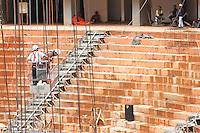 BRASILIA,DF,28 JANEIRO 2013 - VISTORIA ESTADIO MANÉ GARRINCHA - Operarios trabalham nas obras do Estadio Mané Garrincha em Brasilia.FOTO ALE VIANNA - BRAZIL PHOTO PRESS.