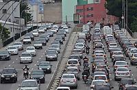 SAO PAULO, SP, 10 DE JANEIRO DE 2013. - TRANSITO SP - Transito intenso na ligacao leste oeste na tarde desta quinta feira, 10, regiao central da capital.   (FOTO: ALEXANDRE MOREIRA / BRAZIL PHOTO PRESS).
