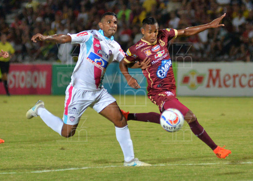 IBAGUE - COLOMBIA , 5 -11 - 2017.Sebastian Villa (Der.) jugador del Deportes Tolima disputa el balón con el Atlético Junior   durante encuentro  por la fecha 19 de la Aguila II 2017 disputado en el estadio Manuel  Murillo Toro./ Sebastian Villa (R) player of Deportes Tolima   fights for the ball with Atletico Junior   during match for the dat 19 of the Aguila League II 2017 played at Manuel Murillo Toro stadium. Photo:VizzorImage / Juan Carlos Escobar  / Contribuidor