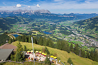 Austria, Tyrol, above Kitzbuhel: view from Hahnenkamm cable car station down to alpine pastsure hut 'Hocheckhuette', at background Wilder Kaiser mountains | Oesterreich, Tirol, oberhalb Kitzbuehel: Blick von der Hahnenkammbahn Hochkitzbuehel hinunter zur Hocheckhuette, im Hintergrund das Wilder Kaiser Gebirge