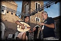 Peppe D'Argenzio e un componente la sua band durante le prove.