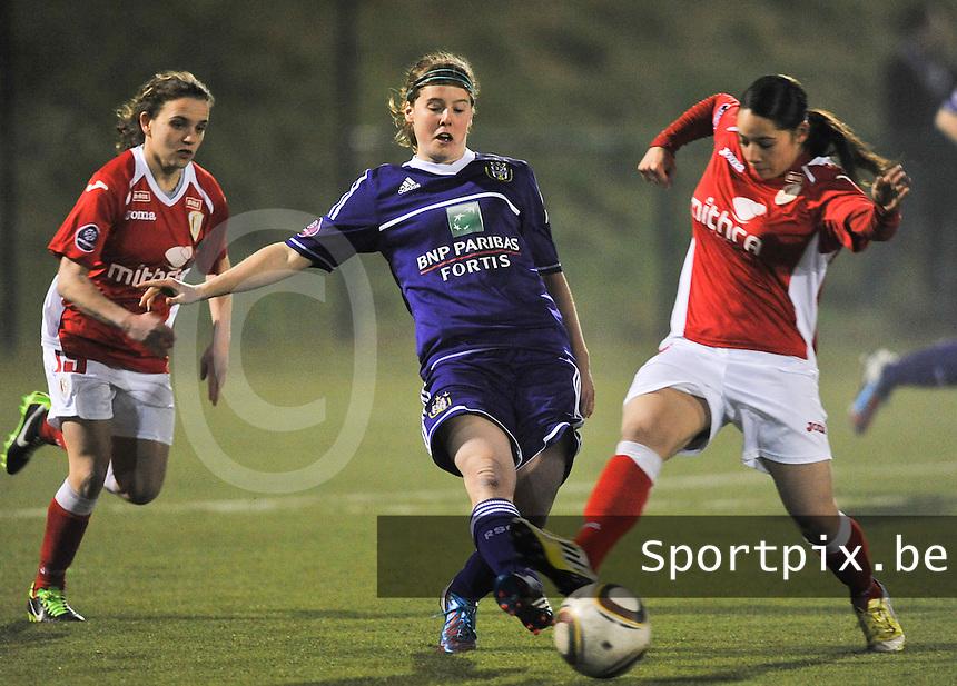 RSC Anderlecht - Standard Femina : Laura Deloose aan de bal voor Lola Wajnblum (rechts).foto DAVID CATRY / Vrouwenteam.be
