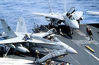 """cacciabombardiere F 18 """"Hornet"""" e caccia F 14 """"Tomcat"""" a bordo di una portaerei US Navy in Mediterraneo"""