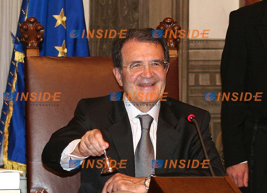 Roma, 17/05/06 Primo Consiglio dei Ministri del Governo Prodi. Nella foto il Presidente del Consiglio Romano Prodi suona la campanella che dar&agrave; l'avvio al Consiglio dei Ministri.<br /> Photo Samantha Zucchi Insidefoto