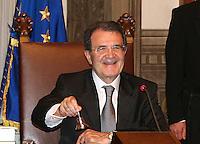 Roma, 17/05/06 Primo Consiglio dei Ministri del Governo Prodi. Nella foto il Presidente del Consiglio Romano Prodi suona la campanella che darà l'avvio al Consiglio dei Ministri.<br /> Photo Samantha Zucchi Insidefoto