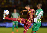 IBAGUÉ - COLOMBIA, 06-06-2018: Juan Guillermo Arboleda (Izq) jugador de Deportes Tolima disputa el balón con Reinaldo Lenis (Der) jugador de Atletico Nacional durante partido de ida por la final de la Liga Águila I 2018 jugado en el estadio Manuel Murillo Toro de la ciudad de Ibagué. / Juan Guillermo Arboleda (L) player of Deportes Tolima vies for the ball with Reinaldo Lenis (R) player of Atletico Nacional during first leg match for the final of the Aguila League I 2018 played at Manuel Murillo Toro stadium in Ibague city. Photo: VizzorImage / Cristian Alvarez / Cont