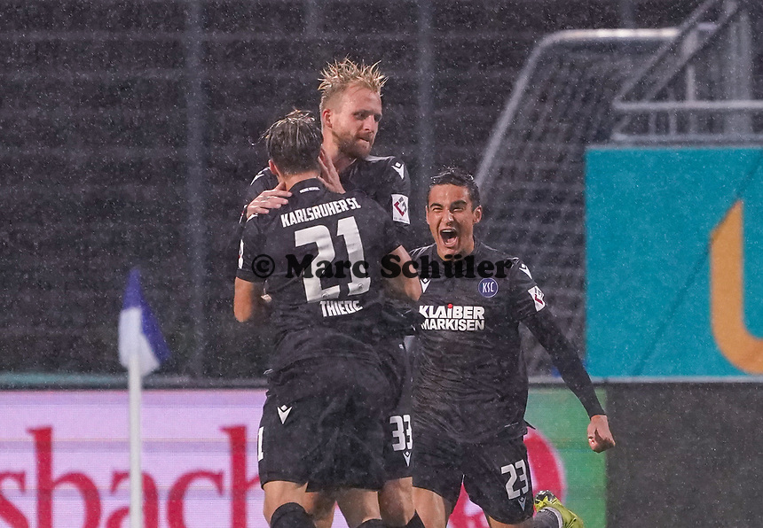 celebrate the goal, Torjubel zum 1:1 Ausgleich Philipp Hofmann (Karlsruher SC) - 04.10.2019: SV Darmstadt 98 vs. Karlsruher SC, Stadion am Boellenfalltor, 2. Bundesliga<br /> <br /> DISCLAIMER: <br /> DFL regulations prohibit any use of photographs as image sequences and/or quasi-video.