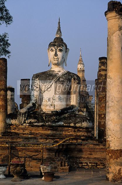 Asie/Thaïlande/Sukhothai : Dans le Parc Historique détail Bouddha et Chedi en forme de bouton de lotus du Wat Mahathat (pôle spirituel du royaume de Sukhothai)