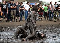 WACKEN Open Air 2009 - WOA - 20. Metal Festival im kleinen Metal-Dorf Wacken (Schleswig-Holstein) - beinahe 80.000 Besucher kamen auf den lautesten Acker der Welt - nearly 80.000 metalheads visits the 20th WOA - in picture / im Bild: fans are wrestling in the mudd - zwei Besucher suhlen sich im Schlamm.  Foto: Christin Kersten.
