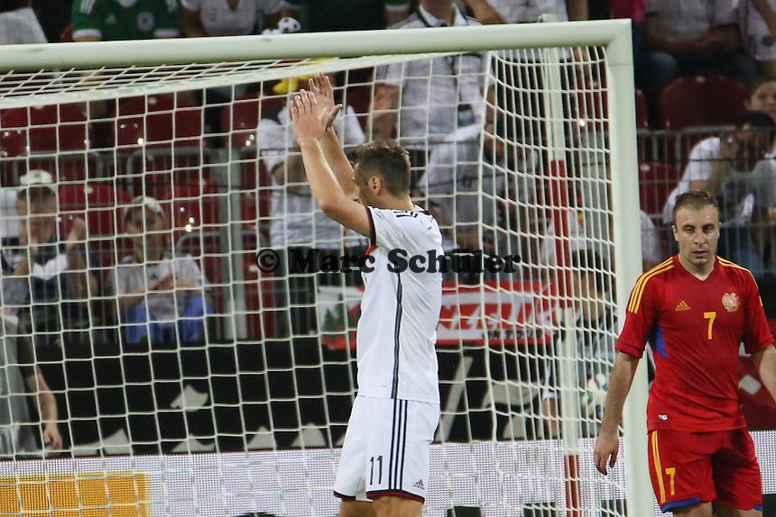 Miroslav Klose (D) bedankt sich bei den Fans - Deutschland vs. Armenien in Mainz