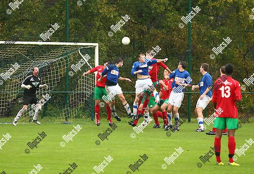 2011-10-09 / Voetbal / FC Gierle - KSV Oud-Turnhout / Gierle met een actie na een vrije trap.