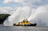 Dordt in Stoom. Historisch evenement in Dordrecht, met vele voertuigen en schepen die door stoom gedreven worden. Port of Rotterdam schip geeft een show met waterstralen