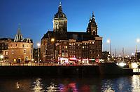 Nederland Amsterdam - april 2018.  Amsterdam bij zonsondergang. De Prins Hendrikkade. De Nicolaaskerk en de Schreierstoren. Foto Berlinda van Dam / Hollandse Hoogte