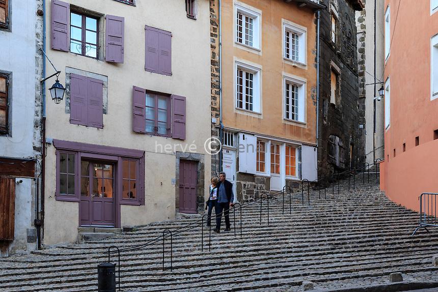 France, Haute-Loire (43), Le Puy-en-Velay, les escaliers de la rue Rochetaillade dans la Vieille ville // France, Haute Loire, le Puy en Velay, steps of the Rochetaillade street in the old town