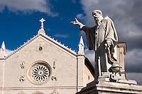 Italien, Umbrien, Piazza San Benedetto in Norcia mit Statue Benedetto,  und Basilica di San Benedetto