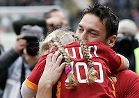 Calcio, Serie A: Roma-Parma. Roma, stadio Olimpico, 19 febbraio 2012..Football, Italian serie A: AS Roma vs Parma. Rome, Olympic stadium,19 february 2012..AS Roma forward Francesco Totti holds his daughter Chanel in his arms prior to the start of the match..UPDATE IMAGES PRESS/Riccardo De Luca.