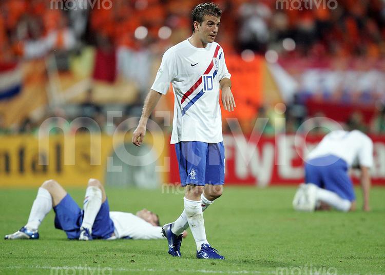 Fussball WM 2006  Achtelfinale   Portugal - Holland ; Portugal - Netherlands  Rafael VAN DER VAART (NED) verlaesst enttaeuscht das Spielfeld