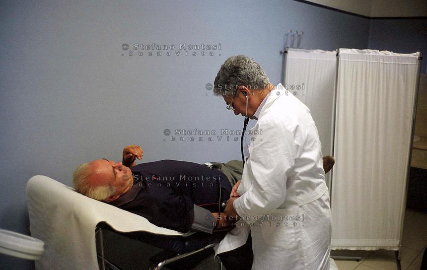 Roma 3 marzo 2008.Il Poliambulatorio della Caritas diocesana di Roma.<br /> Un medico visita un immigrato