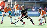 BLOEMENDAAL   - Hockey -  2e wedstrijd halve finale Play Offs heren. Bloemendaal-Amsterdam . Jan Willem Buissant (A'dam) met links Mats de Groot (Bldaal) en rechts Glenn Schuurman (Bldaal) .  COPYRIGHT KOEN SUYK