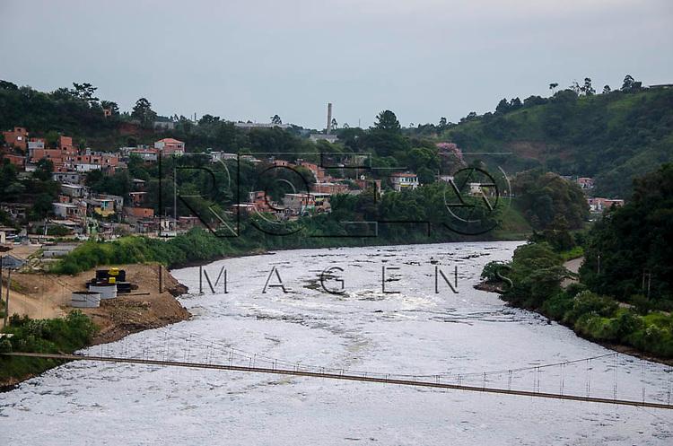 Espuma e obras após a Barragem de Pirapora do Bom Jesus que represa as águas do Rio Tietê, às margens da cidade de Pirapora do Bom Jesus - SP, 04/2014.