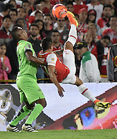 BOGOTÁ -COLOMBIA, 07-12-2016: Juan Daniel Roa (Der.) jugador de Santa Fe disputa el balón con Edwin Velasco (Izq.) jugador del Nacional durante el encuentro de ida entre Independiente Santa Fe y Atlético Nacional por la semifinal de la Liga Aguila II 2016 jugado en el estadio Nemesio Camacho El Campin de la ciudad de Bogota.  / Juan Daniel Roa (R) player of Santa Fe struggles for the ball with Edwin Velasco (L) player of Nacional during the first leg match between Independiente Santa Fe and Independiente Medellin for the semifinal of the Liga Aguila II 2016 played at the Nemesio Camacho El Campin Stadium in Bogota city. Photo: VizzorImage/ Gabriel Aponte / Staff