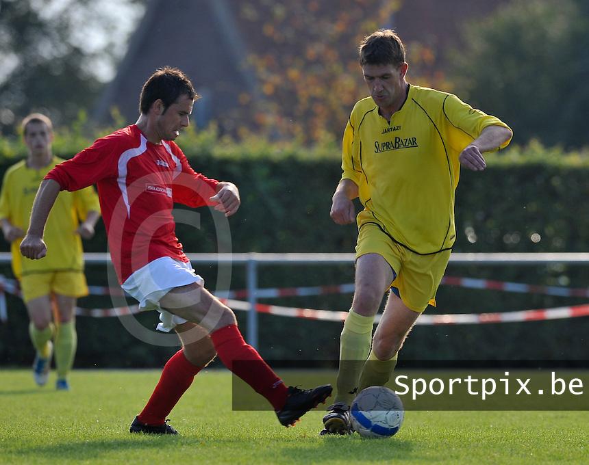 KSV Pittem - VV Tielt : duel tussen Lorenz Lannoo (links) en  Bjorn De Maeght.foto VDB / BART VANDENBROUCKE
