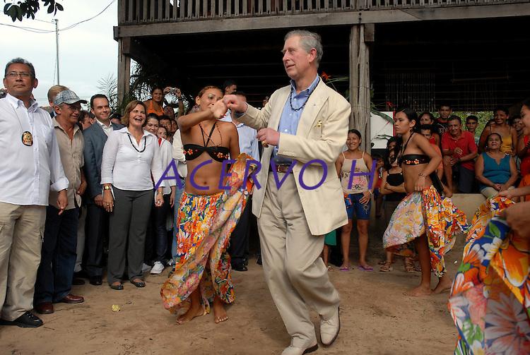 Príncipe Charles dança carimbó, dança típica da região na comunidade do Maguari após passeio de barco na região Amazônica.<br /> Belterra, Pará, Brasil<br /> 14/03/2009<br /> Foto Paulo Santos