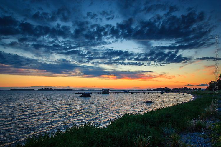 Ljus sommarnatt på Torö i Sockholms skärgård vid havet.