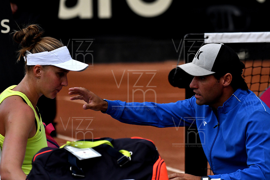 BOGOTÁ-COLOMBIA, 08-04-2019: Beatriz Haddad de Brasil recibe instrucciones de su técnico, durante partido por el Claro Colsanitas WTA, que se realiza en el Carmel Club en la ciudad de Bogotá. / Beatriz Haddad from Brazil receives instructions from her coach, during a match for the WTA Claro Colsanitas, which takes place at Carmel Club in Bogota city. / Photo: VizzorImage / Luis Ramírez / Staff.