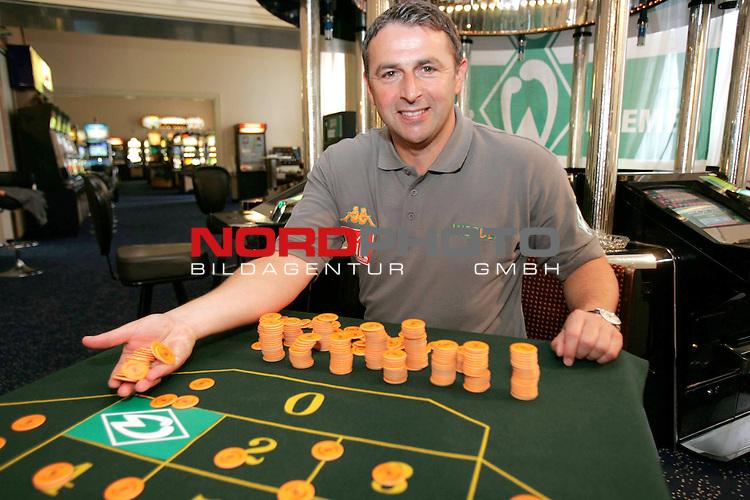 BL 2005/2006 -  Werder Bremen -<br /> <br /> Sportdirektor Klaus Allofs setzt alles auf die Nr.  1 - Werder Raute auf dem Roulette Tisch<br /> <br /> Foto &copy; nordphoto <br /> <br />  *** Local Caption *** Foto ist honorarpflichtig! zzgl. gesetzl. MwSt.<br /> VerŲffentlichung gem. AGB - Stand 08.2002<br />  http://www.nordphoto.de / info @ nordphoto.de