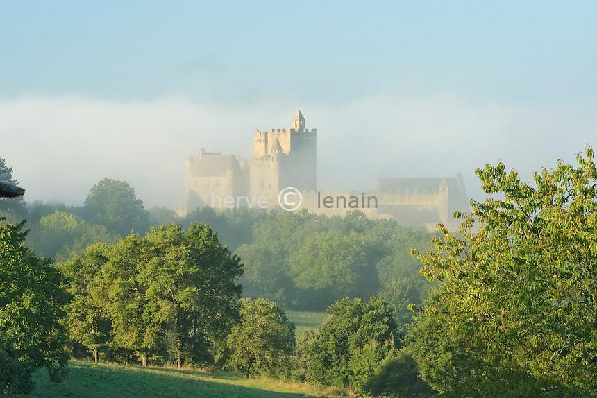 France, Dordogne (24), Beynac-et-Cazenac, le château un matin brumeux // France, Dordogne , Beynac-et-Cazenac, the castle on a foggy morning