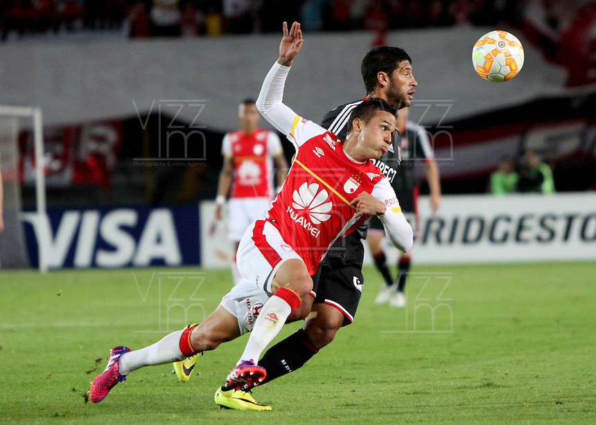 BOGOTA-COLOMBIA-12- MAYO-2015. Luis Seijas (Izq) jugador del Independiente Santa Fe de Colombia disputa el balon con Sebastian Dominguez (Der) jugador de Estudiantes de La Plata de Argentina  , durante partido por los octavos de final   de la Copa Bridgestone Libertadores 2015 jugado en el estadio Nemesio Camacho El Campin de la ciudad de Bogotá. / Luis Seijas (L) player of Independiente Santa Fe of Colombia fights for the ball with Sebastian Dominguez (R) player of Estudiantes de La Plata  during the match  of the Copa Bridgestone Libertadores 2015 played at Nemesio Camacho El Campin stadium in Bogota city.Photo:VizzorImage / Felipe Caicedo / Staff