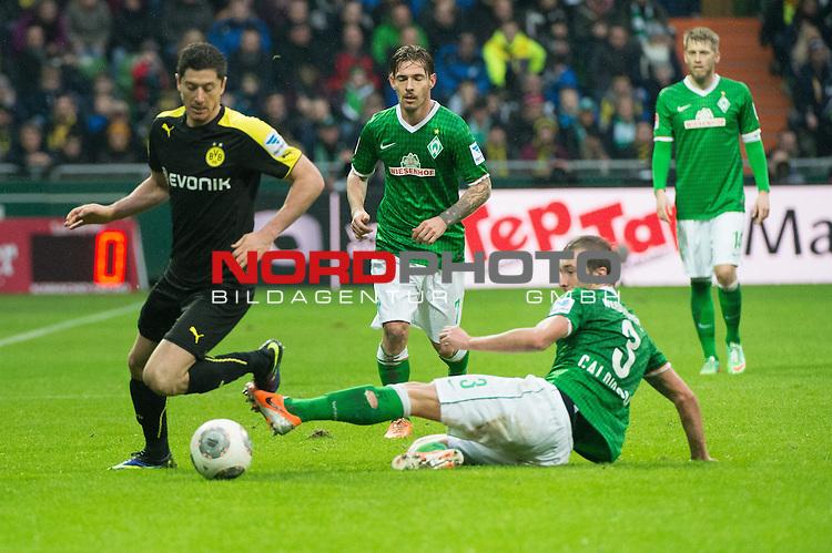 08.02.2014, Weser Stadion, Bremen, GER, 1.FBL, Werder Bremen vs Borussia Dortmund, im Bild<br /> <br /> Robert Lewandowski (Dortmund #9)<br /> Luca Caldirola (Bremen #3)<br /> mi Ludovic Obraniak (Bremen #7)<br /> <br /> <br /> Foto &copy; nordphoto / Kokenge