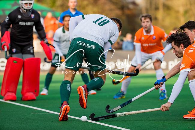 BLOEMENDAAL - Thijs van Dam (R'dam) met Arthur van Doren (Bldaal)  tijdens  hoofdklasse competitiewedstrijd  heren , Bloemendaal-Rotterdam (1-1) .COPYRIGHT KOEN SUYK