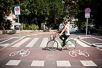 Milano, ragazza in bicicletta sulla pista ciclabile lungo i Bastioni di Porta Venezia --- Milan, girl riding on the bicycle path along the bastions of Porta Venezia