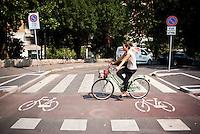 Milano, ragazza in bicicletta sulla pista ciclabile lungo i Bastioni di Porta Venezia --- Milan, girl riding on the bicycle path along the bastions of Porta Venezia