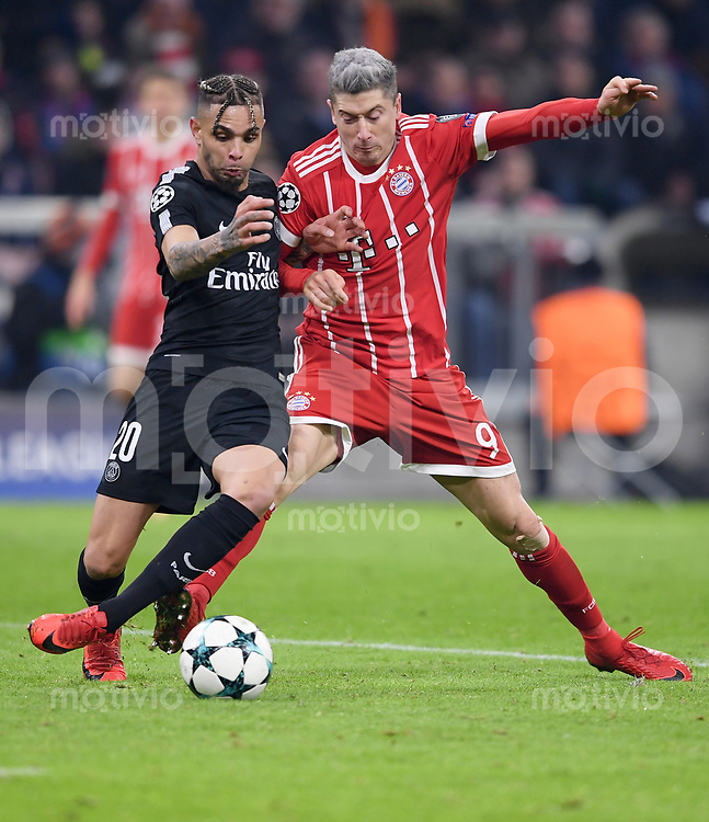 FUSSBALL CHAMPIONS LEAGUE SAISON 2017/2018 GRUPPENPHASE FC Bayern Muenchen - Paris Saint-Germain               05.12.2017 Layvin Kurzawa (li, Paris Saint-Germain) gegen Robert Lewandowski (re, FC Bayern Muenchen)