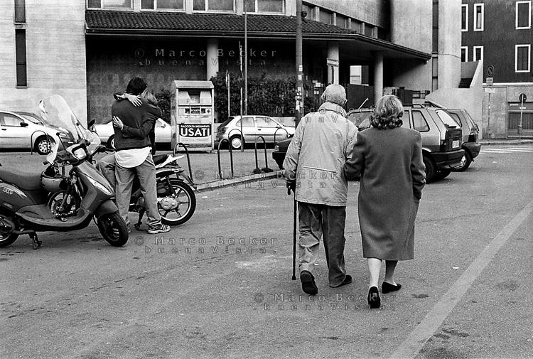 Milano, coppia giovane e coppia anziana --- Milan, young couple and old couple