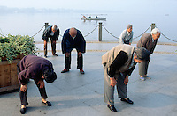 China. Province of Zhejiang. Hangzhou. Early morning at West Lake, a group of elderly men and old woman practise the traditional martial art's exercices of Tai Chi.© 2004 Didier Ruef