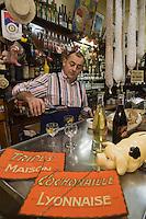 Europe/France/Rhône-Alpes/69/Rhône/Lyon:  Yves Rivoiron dans son bouchon: Le Café des Fédérations, 8/9/10, rue du Major-Martin (1er).