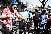 2012.07.28 - ELEIÇÕES 2012 - CAMPANHA ELEITORAL CELSO RUSSOMANNO - O candidato a prefeitura de São Paulo Celso Russomanno participa de pedalada com ciclistas na manhã deste sábado (28). A passeata teve como ponto de parada a prefeitura de São Paulo na região central onde ele assinou junto com os ciclista um termo de melhoria para as ciclovias caso ele seja eleito.(Fotos: Amauri Nehn/Brazil Photo Press)