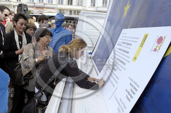 Brussels-Belgium - 26 June 2008---Event held by Amnesty International on the International Day Against Torture: MEPs sign a giant postcard addressed to the upcoming French Presidency to take action against European complicity in counter terrorism practices that lead to torture; here, MEP Marie-Anne ISLER BEGUIN (Béguin) signing, MEP Angelika BEER (le) and MEP N.N. (ce) waiting to sign---Photo: Horst Wagner / eup-images