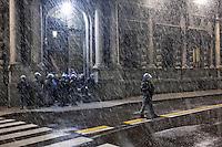 Milano: sotto una fitta nevicata, la polizia controlla le proteste dei centri sociali durante la prima della Scala